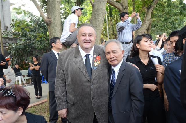 na pietnim aktu se setkali i dva přátelé, čestný předseda CVS Marcel Winter a fotoreportér Nguyen Van Ku