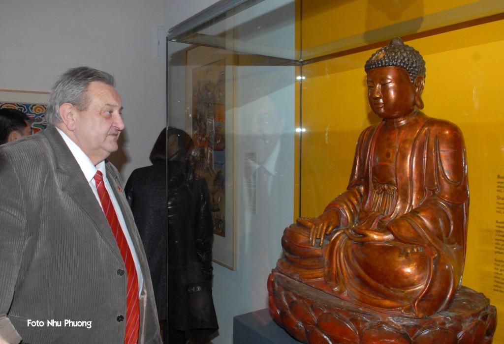 Předseda ČVS Marcel Winter si se zájmem prohlíží sochu Budhy při slavnostním otevření výstavy 6.2.2014.