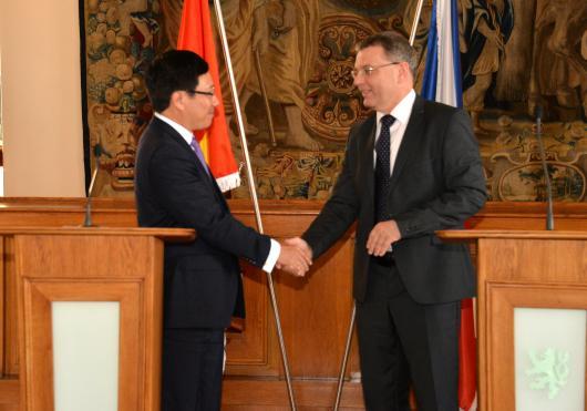 Ministři zahraničních věcí VSR a ČR Pham Binh Minh a Lubomír Zaorálek 24 7  v Praze (2)