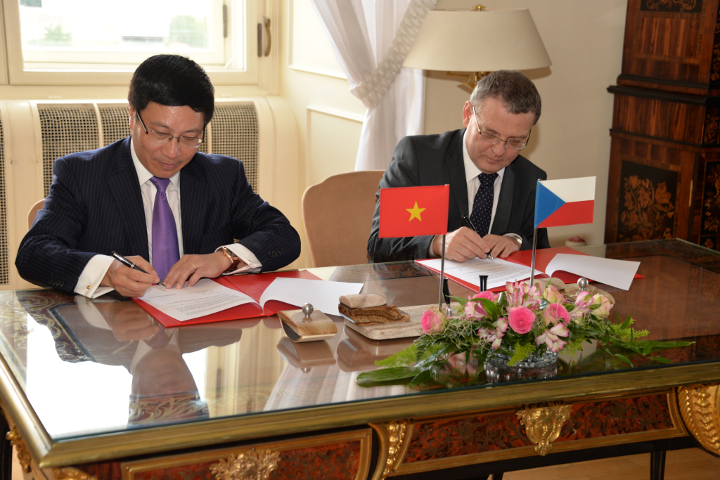 Ministri_Pham_Binh_Minh_a_Lubomir_Zaoralek_podepsali_memorandum_o_spolupraci_24._7._2014..