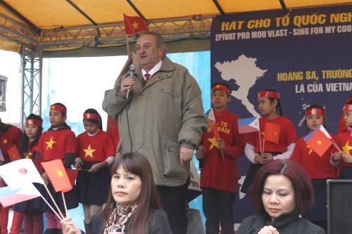 Předseda ČVS Marcel Winter přednesl projev na protičínské demonstraci 22.3. na Václavském náměstí v Praze