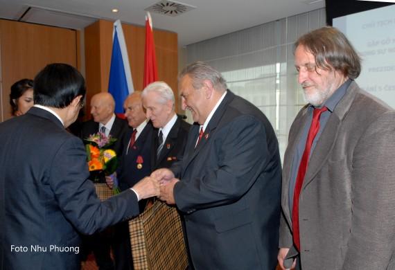 12.5. Prezident VSR Truong Tan Sang předává ocenění Marcelu Winterovi
