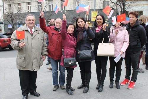 Předseda ČVS Marcel Winter, místopředseda ČVS PaeDr.Miloš Kusý s manželkou a vietnamští přátelé na protičínské demonstraci