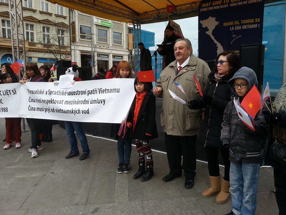 Předseda ČVS Marcel Winter na protičínské demonstraci v Praze na Václavském náměstí