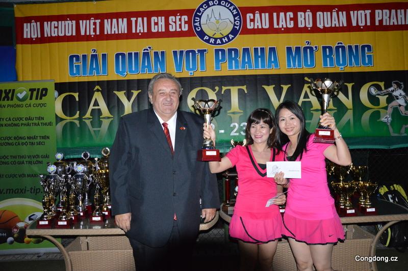 Předseda ČVS předal s úsměvem poháry i vítězným tenistkám.
