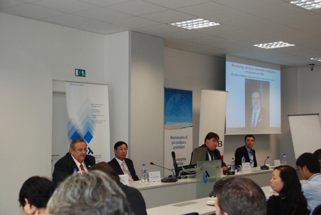 Predseda_CVS_Marcel_Winter_prednasi_o_Vietnamu_na_konferenci_v_TC_Akademie_ved_CR