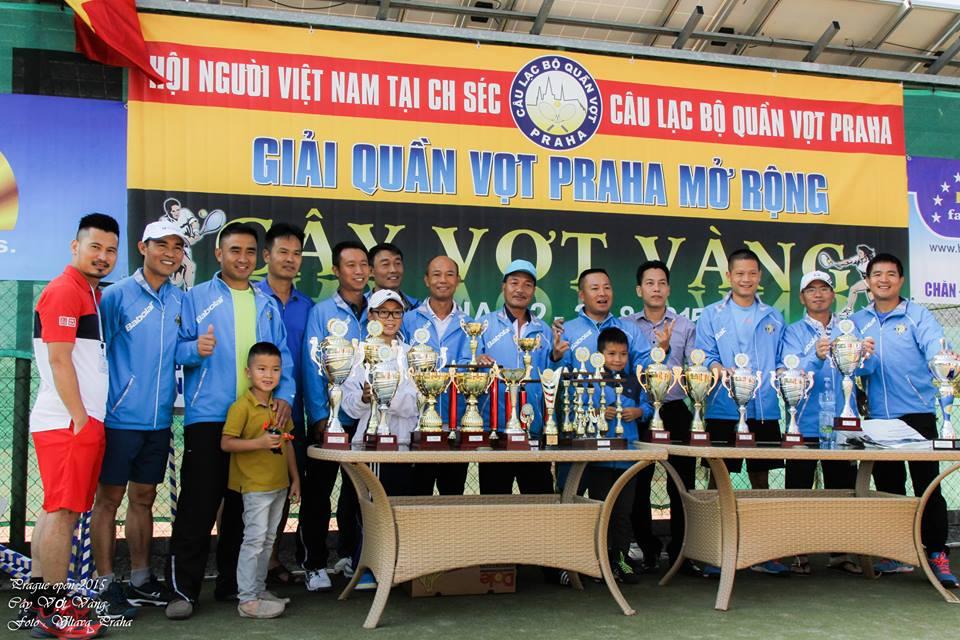 Soutěžící tenisové kluby Vietnamců se fotily před poháry.