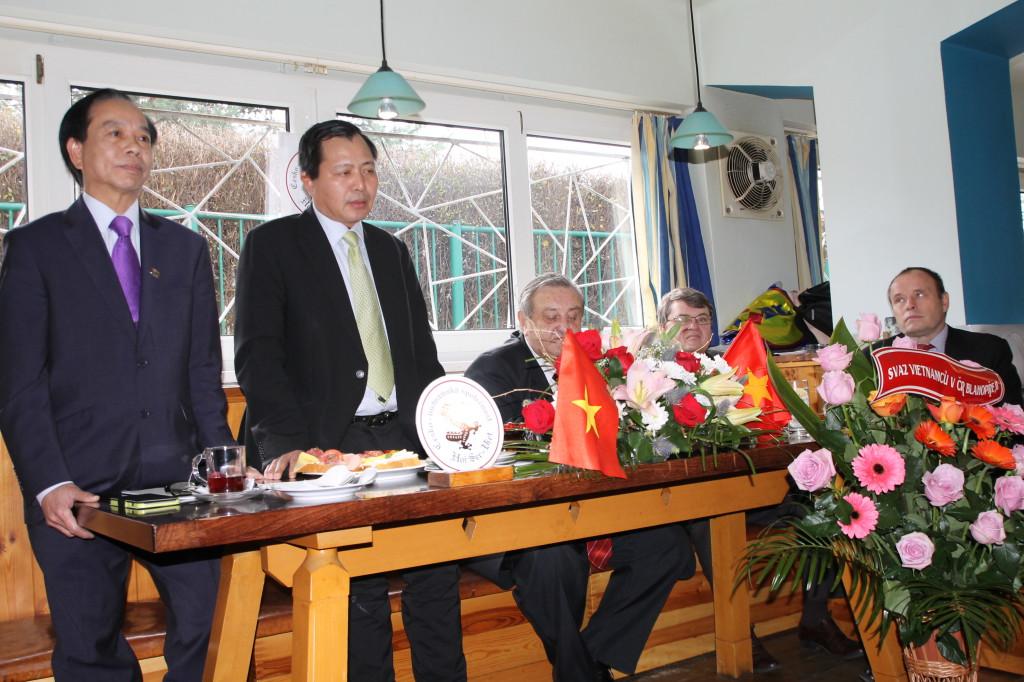 19.VALNÁ HROMADA ČVS - RADA-VYSLANEC PAN VU VAN MINH (druhý zleva) PŘI PROJEVU. Tlumočí pan Hung.