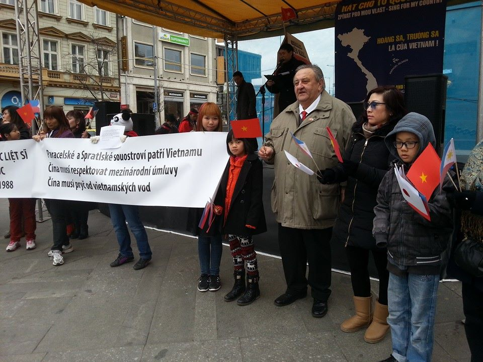 Predseda_CVS_Marcel_Winter_na_proticinske_demonstraci_v_Praze_na_Vaclavskem_namesti