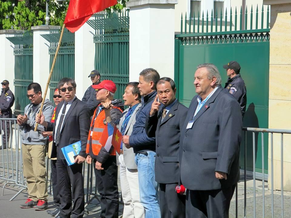 Predseda_CVS_Marcel_Winter_na_demonstraci_Vietnamcu_v_Praze