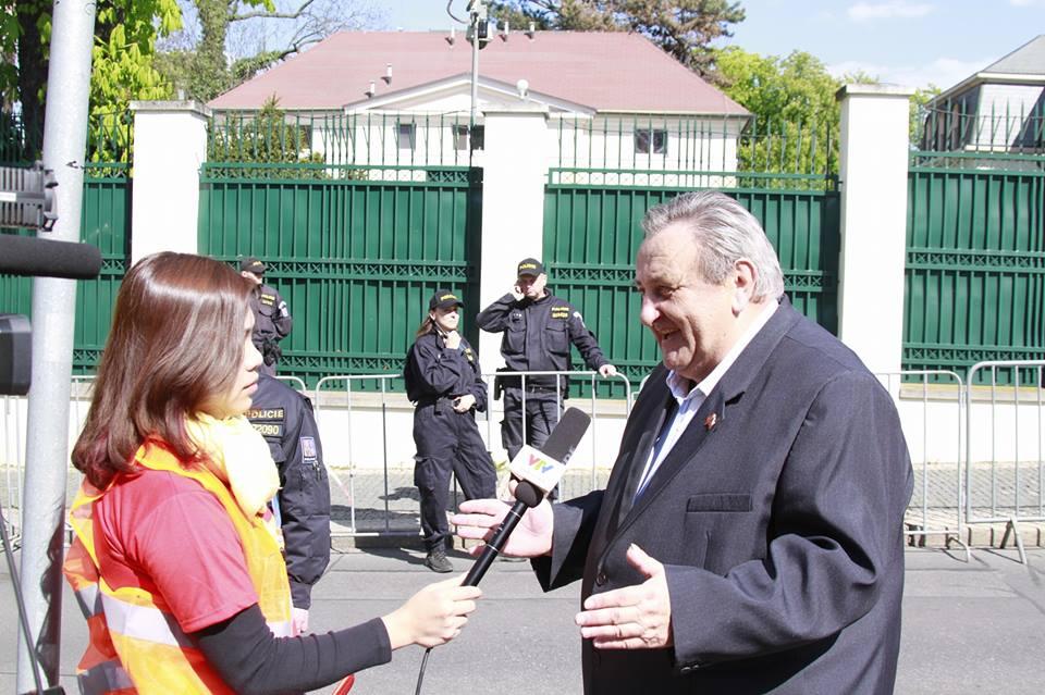 PŘEDSEDA ČVS MARCEL WINTER POSKYTUJE ROZHOVOR VIETNAMSKÉ TELEVIZI VTV-4 NA DEMONSTRACI DNE 29. 4. 2016