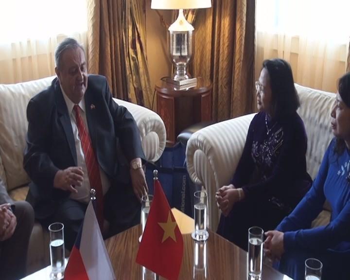 Předseda ČVS Marcel Winter informuje viceprezidentku Vietnamu o aktivitách a projektech ČVS