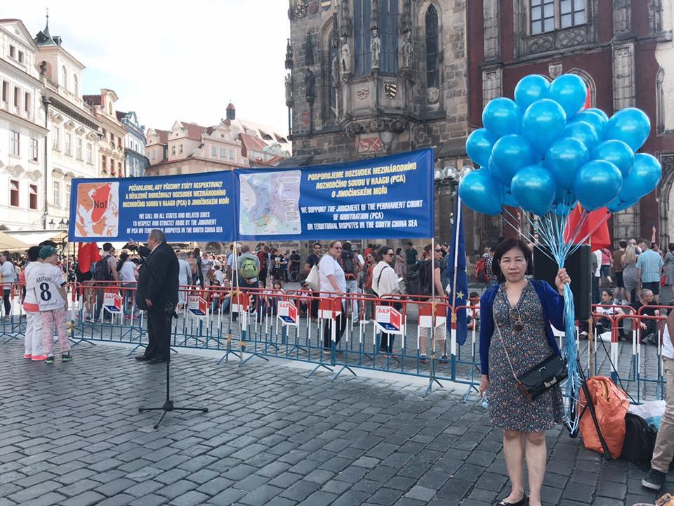 Demonstrace 23. srpna - předseda ČVS Marcel Winter vysvětluje lidem jádro problému