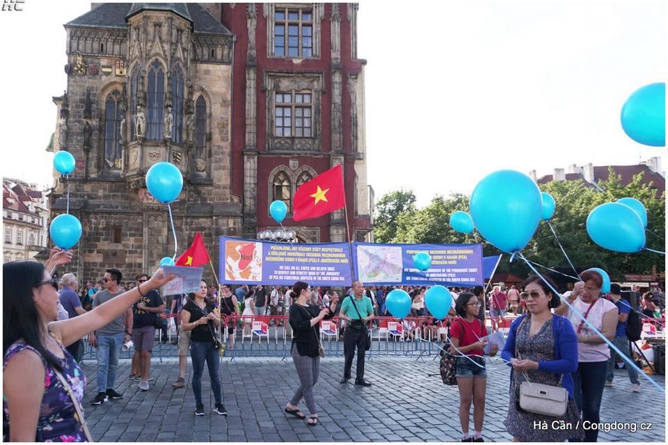 Demonstrace 23.8 - balonky míru