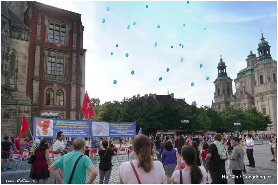 Demonstrace 23.8 - vypouštění balonků míru