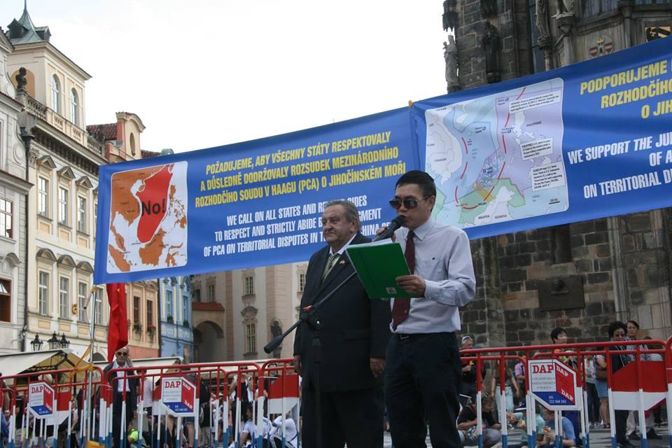Demonstrace Vietnamců 23.8.2016 na Staroměstském náměstí v Praze