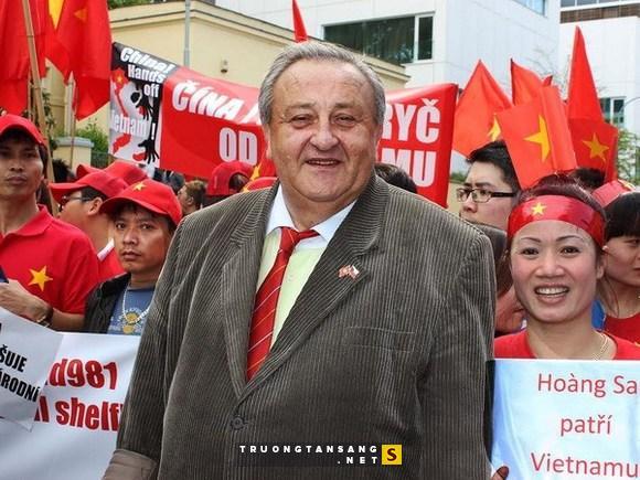 PŘEDSEDA ČVS MARCEL WINTER NA DEMONSTRACI PŘED ČÍNSKOU AMBASÁDOU V PRAZE 11. 5. 2014